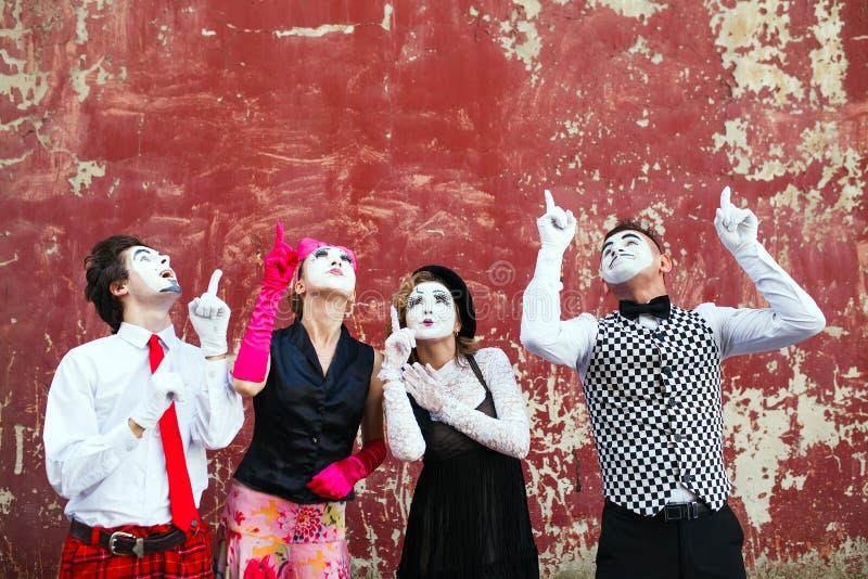 Σημείο τεσσάρων mimes στην κορυφή σε έναν κόκκινο τοίχο στοκ εικόνες με δικαίωμα ελεύθερης χρήσης