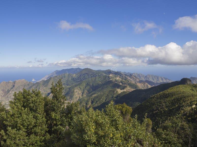 Σημείο Amogoje, πράσινοι λόφοι άποψης με το βράχο στη θάλασσα EL Draguill στοκ εικόνες με δικαίωμα ελεύθερης χρήσης