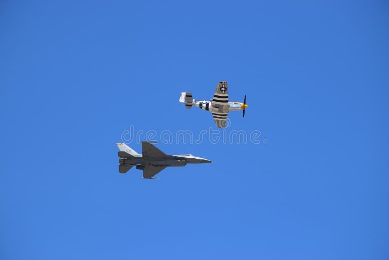 Σημείο Quonset, Ρόουντ Άιλαντ Φωτογραφία ενός πολεμικό αεροσκάφος F-16 αεριωθούμενου πετώντας κατά μήκος της πλευράς ένα WWII π-5 στοκ εικόνα με δικαίωμα ελεύθερης χρήσης