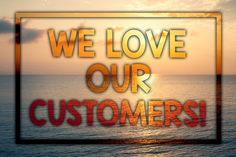 Σημείωση γραψίματος που παρουσιάζει αγαπάμε την κλήση πελατών μας Ο επιδεικνύοντας πελάτης επιχειρησιακών φωτογραφιών αξίζει τους ελεύθερη απεικόνιση δικαιώματος