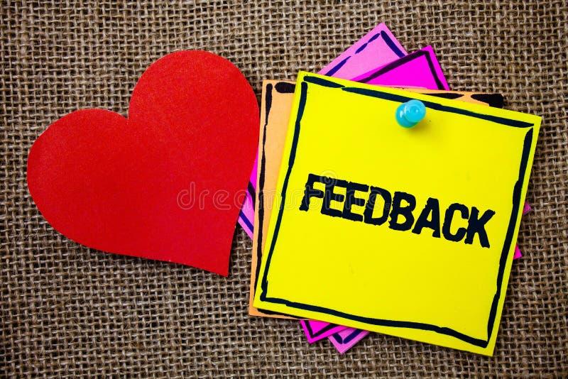 Σημείωση γραψίματος που παρουσιάζει ανατροφοδότηση Η αξιολόγηση αντίδρασης Γνώμης αναθεώρησης πελατών επίδειξης επιχειρησιακών φω στοκ εικόνες