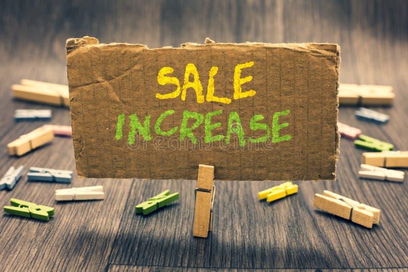 Σημείωση γραψίματος που παρουσιάζει αύξηση πώλησης Η επιχειρησιακή φωτογραφία που επιδεικνύει το μέσο όγκο πωλήσεων έχει αυξηθεί  στοκ φωτογραφίες