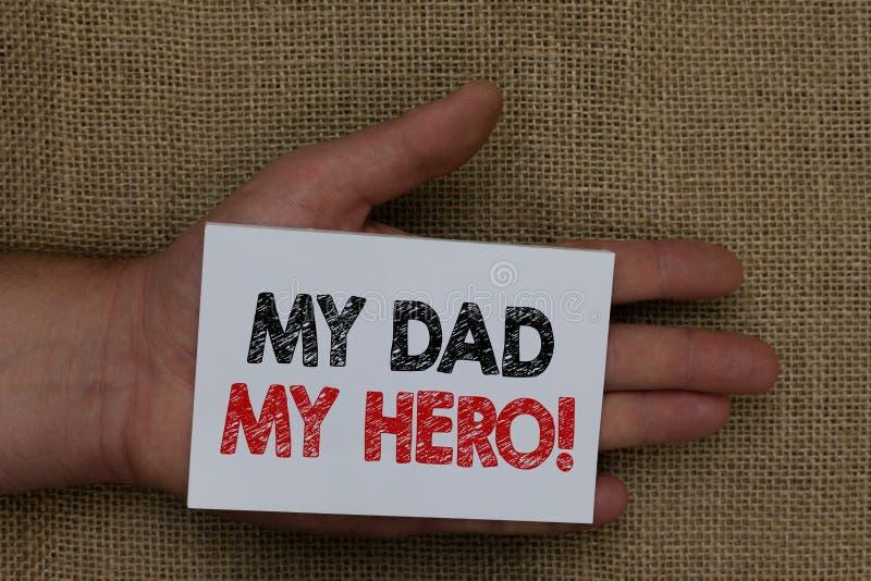 Σημείωση γραψίματος που παρουσιάζει στον μπαμπά μου ήρωα μου Θαυμασμός επίδειξης επιχειρησιακών φωτογραφιών για τον άνθρωπο φιλοφ στοκ εικόνες με δικαίωμα ελεύθερης χρήσης