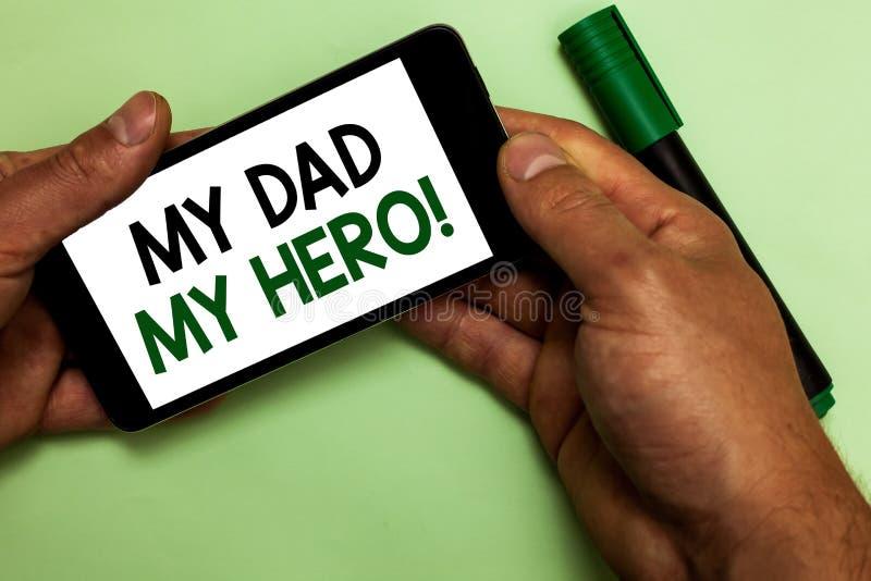Σημείωση γραψίματος που παρουσιάζει στον μπαμπά μου ήρωα μου Θαυμασμός επίδειξης επιχειρησιακών φωτογραφιών για τον άνθρωπο φιλοφ στοκ φωτογραφία με δικαίωμα ελεύθερης χρήσης