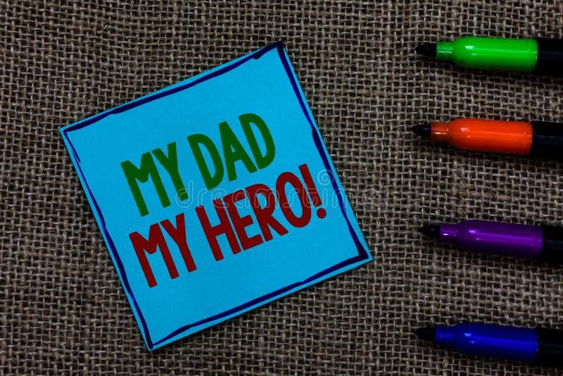 Σημείωση γραψίματος που παρουσιάζει στον μπαμπά μου ήρωα μου Ο θαυμασμός επίδειξης επιχειρησιακών φωτογραφιών για τις συγκινήσεις στοκ εικόνα με δικαίωμα ελεύθερης χρήσης