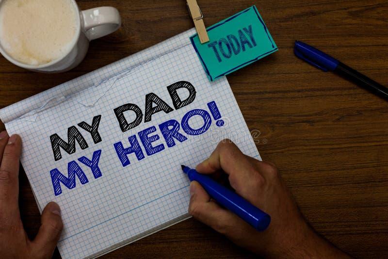 Σημείωση γραψίματος που παρουσιάζει στον μπαμπά μου ήρωα μου Ο θαυμασμός επίδειξης επιχειρησιακών φωτογραφιών για τις συγκινήσεις στοκ φωτογραφία με δικαίωμα ελεύθερης χρήσης
