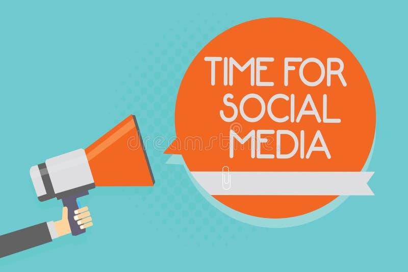 Σημείωση γραψίματος που παρουσιάζει χρόνο για τα κοινωνικά μέσα Νέοι φίλοι συνεδρίασης των επιχειρησιακών φωτογραφιών επιδεικνύον ελεύθερη απεικόνιση δικαιώματος