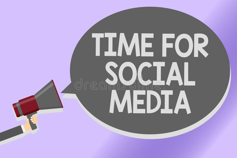 Σημείωση γραψίματος που παρουσιάζει χρόνο για τα κοινωνικά μέσα Νέοι φίλοι συνεδρίασης των επιχειρησιακών φωτογραφιών επιδεικνύον απεικόνιση αποθεμάτων