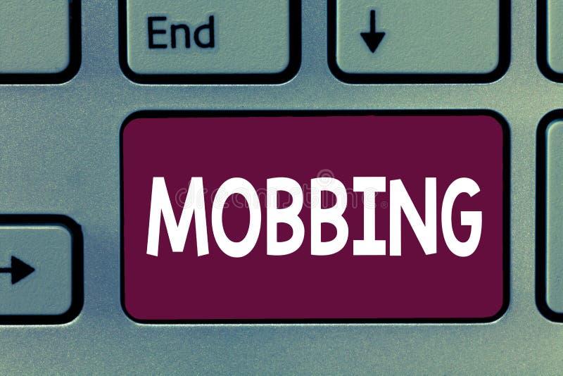 Σημείωση γραψίματος που παρουσιάζει Mobbing Επιχειρησιακή φωτογραφία που επιδεικνύει Bulling του ατόμου ειδικά στη συναισθηματική στοκ φωτογραφία με δικαίωμα ελεύθερης χρήσης