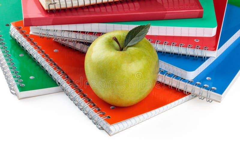 Σημειωματάρια και πράσινο μήλο στοκ φωτογραφία