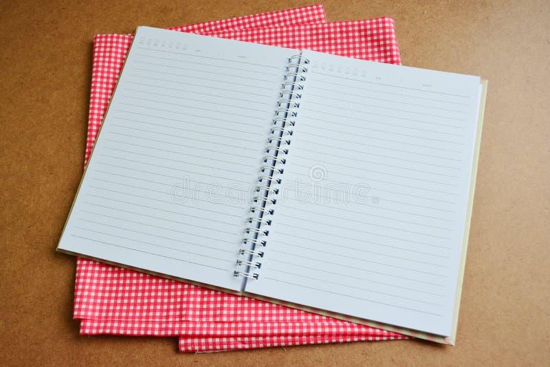 Σημειωματάριο ανοικτό στο ξύλινο υπόβαθρο στοκ φωτογραφία