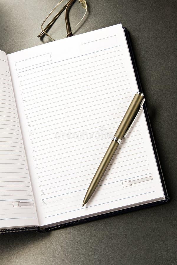 σημειωματάριο γυαλιών στοκ εικόνες