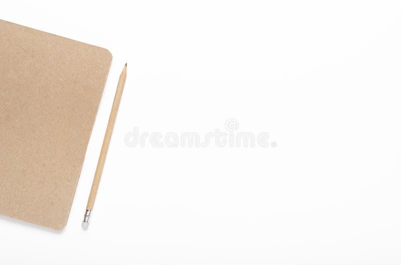 Σημειωματάριο εγγράφου της Kraft με το μολύβι στο άσπρο υπόβαθρο Γραφείο γραφείων, χαρτικά r στοκ φωτογραφίες με δικαίωμα ελεύθερης χρήσης