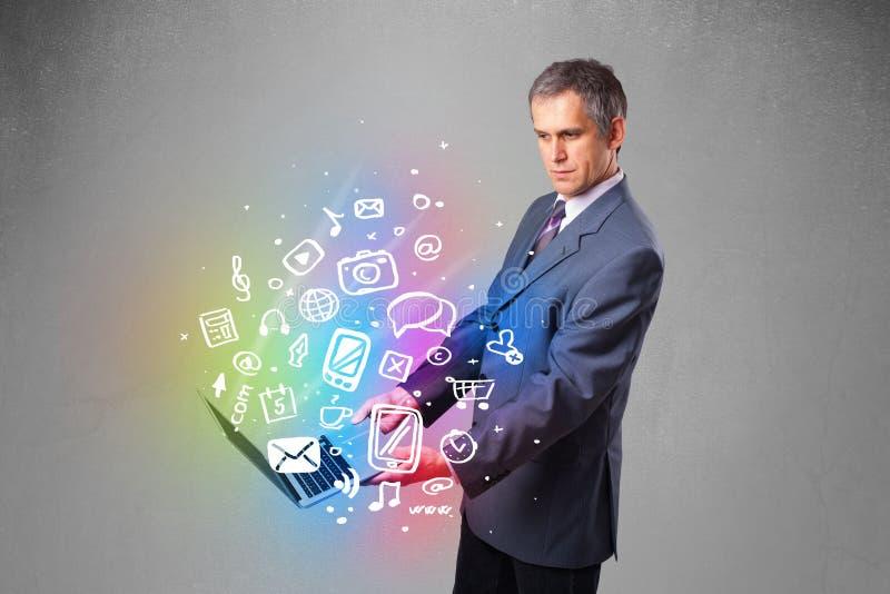 Σημειωματάριο εκμετάλλευσης επιχειρηματιών με τα ζωηρόχρωμα συρμένα χέρι πολυμέσα στοκ εικόνες