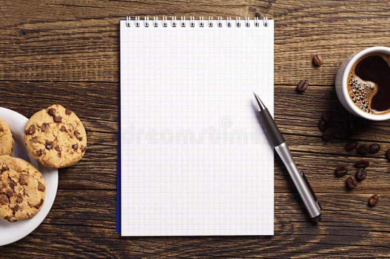 Σημειωματάριο και καφές με τα μπισκότα στοκ φωτογραφία με δικαίωμα ελεύθερης χρήσης