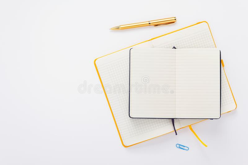 Σημειωματάριο και μάνδρα στο άσπρο υπόβαθρο στοκ εικόνα με δικαίωμα ελεύθερης χρήσης