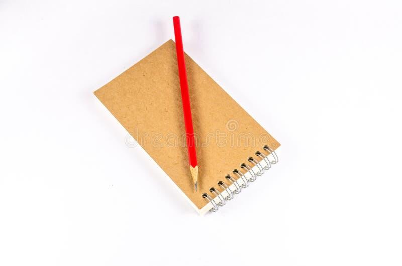 Σημειωματάριο και μολύβι που απομονώνονται στο άσπρο υπόβαθρο στοκ φωτογραφία