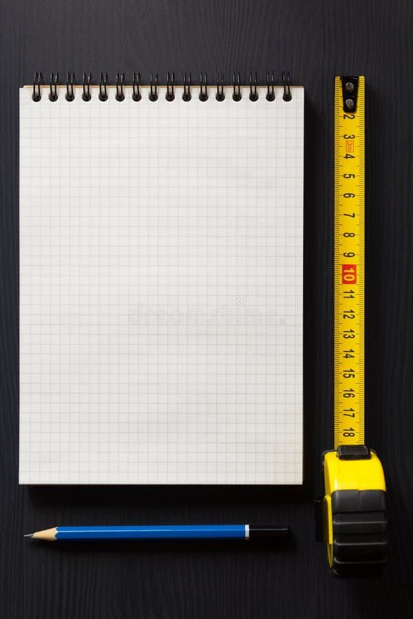 Σημειωματάριο και μολύβι στο ξύλο στοκ εικόνα με δικαίωμα ελεύθερης χρήσης