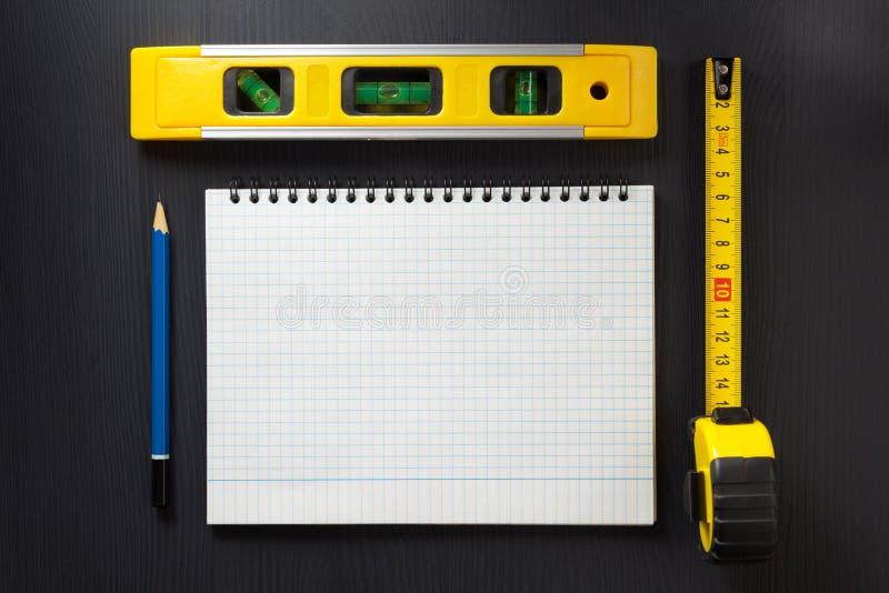 Σημειωματάριο και μολύβι στο ξύλο στοκ φωτογραφία με δικαίωμα ελεύθερης χρήσης