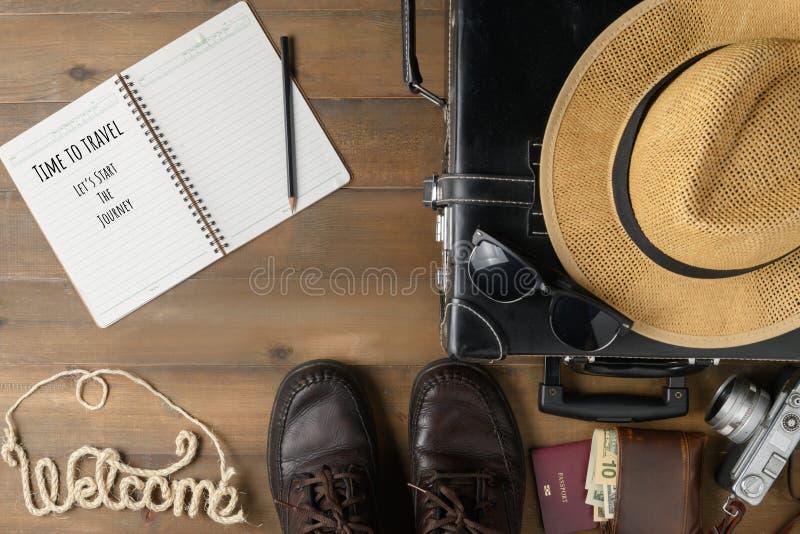 Σημειωματάριο και παλαιά μαύρη εκλεκτής ποιότητας βαλίτσα στοκ εικόνα