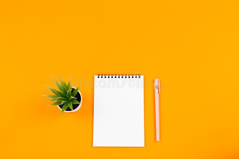 Σημειωματάριο, μάνδρα, εγκαταστάσεις στοκ φωτογραφία με δικαίωμα ελεύθερης χρήσης
