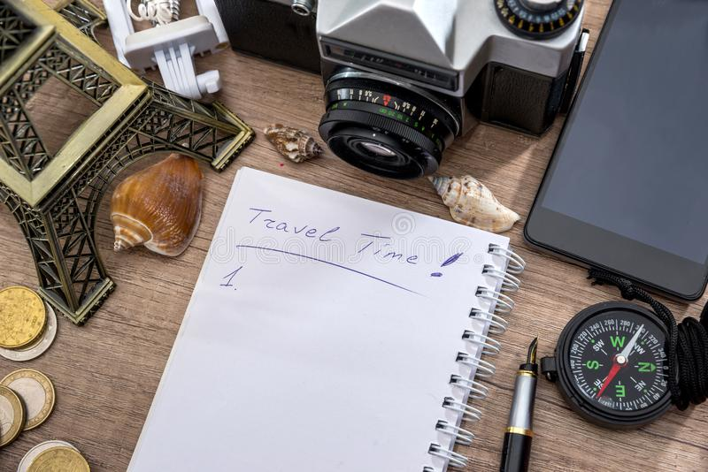 Σημειωματάριο, μάνδρα, κάμερα, πυξίδα, πύργος του Άιφελ, τηλέφωνο στοκ φωτογραφία με δικαίωμα ελεύθερης χρήσης