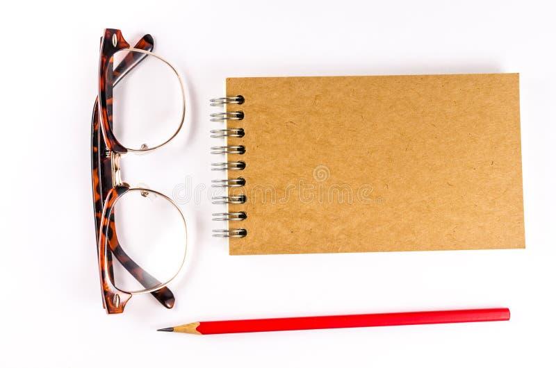 Σημειωματάριο με τα γυαλιά και μολύβι στο άσπρο υπόβαθρο στοκ φωτογραφίες με δικαίωμα ελεύθερης χρήσης