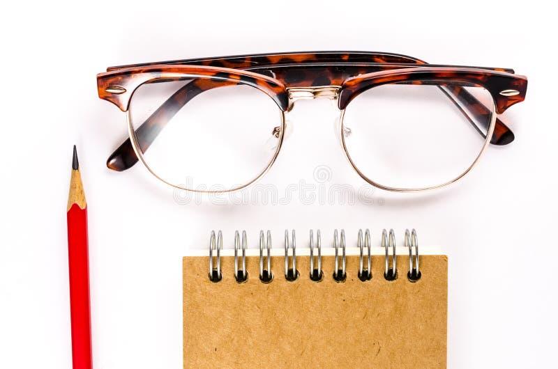 Σημειωματάριο με τα γυαλιά και μολύβι στο άσπρο υπόβαθρο στοκ εικόνες με δικαίωμα ελεύθερης χρήσης