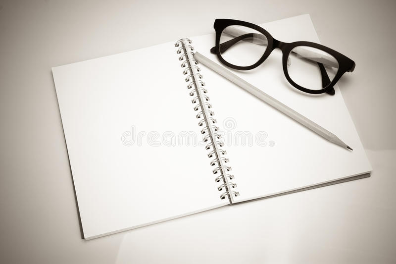 Σημειωματάριο με τα γυαλιά μολυβιών και ματιών στοκ εικόνες με δικαίωμα ελεύθερης χρήσης