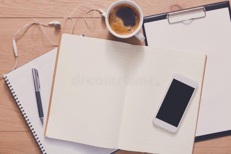 Σημειωματάριο με την κινητή τοπ άποψη, μελέτη και εργασία γραφείων στοκ φωτογραφία με δικαίωμα ελεύθερης χρήσης
