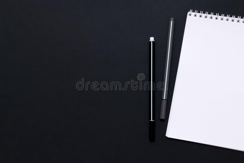 Σημειωματάριο με τη μάνδρα στο γραφείο γραφείων στοκ φωτογραφίες με δικαίωμα ελεύθερης χρήσης