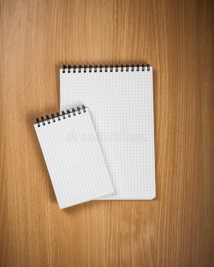 Σημειωματάριο με τη μάνδρα στο ξύλινο υπόβαθρο στοκ φωτογραφία με δικαίωμα ελεύθερης χρήσης