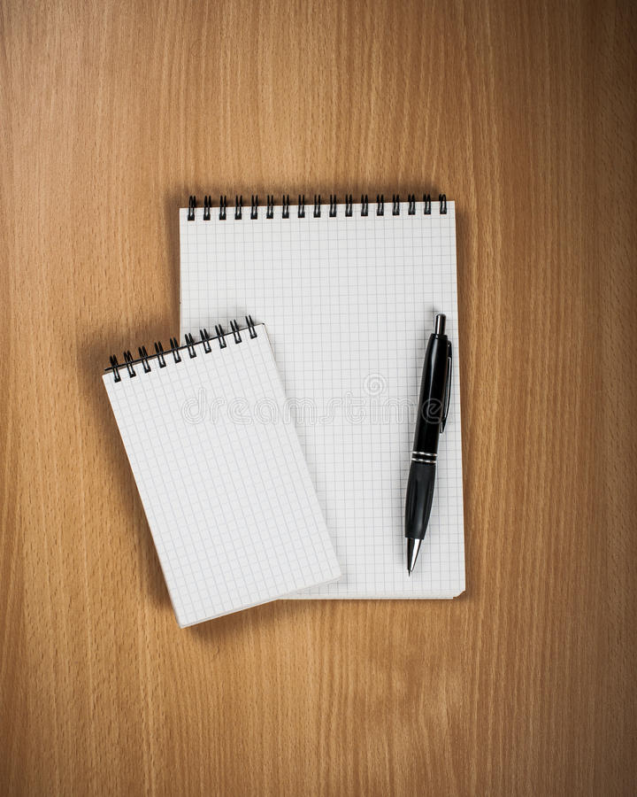 Σημειωματάριο με τη μάνδρα στο ξύλινο υπόβαθρο στοκ εικόνα με δικαίωμα ελεύθερης χρήσης