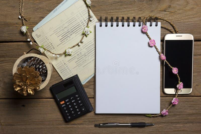 Σημειωματάριο με το βιβλίο smartphone και απολογισμού στο ξύλινο υπόβαθρο, επιχειρησιακή έννοια στοκ εικόνα με δικαίωμα ελεύθερης χρήσης