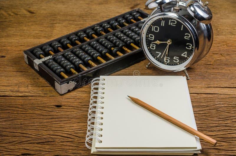 Σημειωματάριο με το μολύβι και abacusnotebook με το μολύβι και τον άβακα στοκ εικόνα