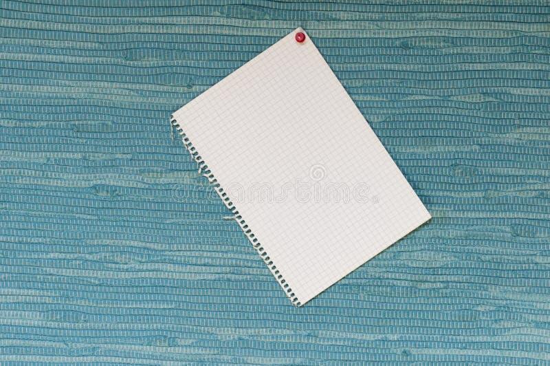 Σημειωματάριο μπροστά από το μπλε υφαμένο ύφασμα στοκ εικόνες με δικαίωμα ελεύθερης χρήσης