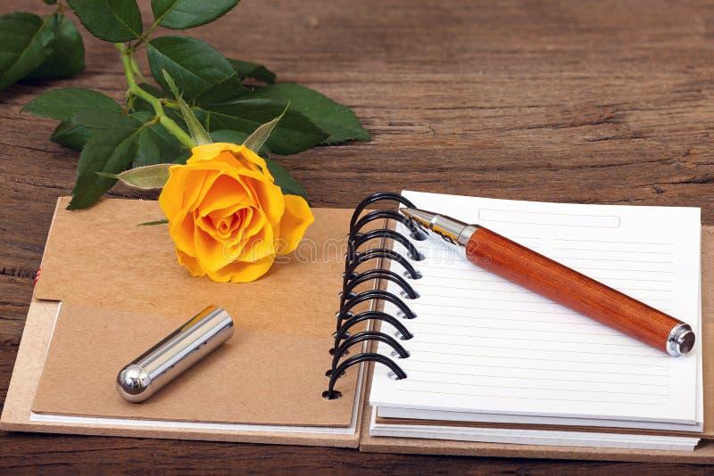 Σημειωματάριο που ανοίγουν με τη writable σελίδα στοκ εικόνες