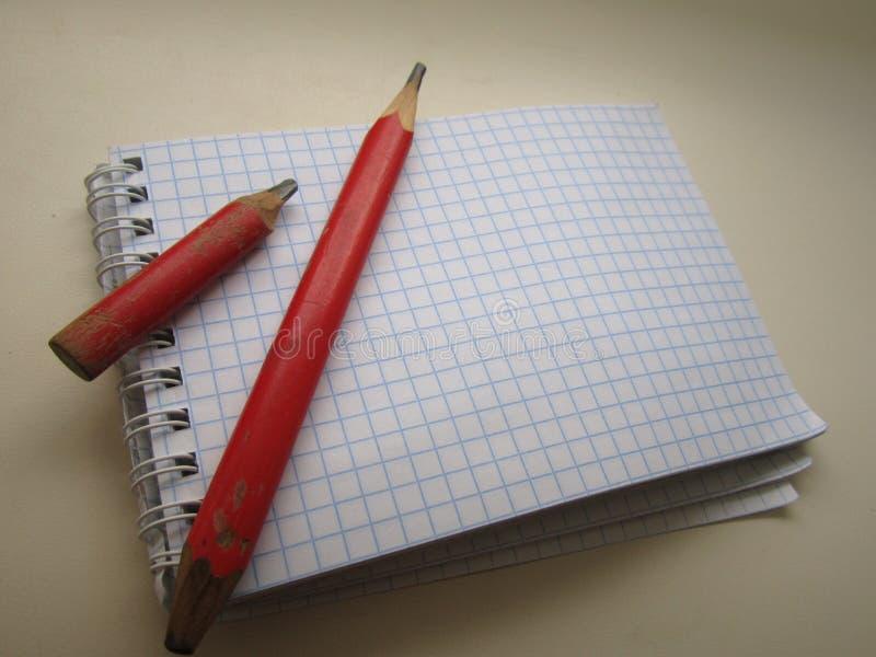 Σημειωματάριο σε ένα κιβώτιο με τα μολύβια στοκ φωτογραφία με δικαίωμα ελεύθερης χρήσης