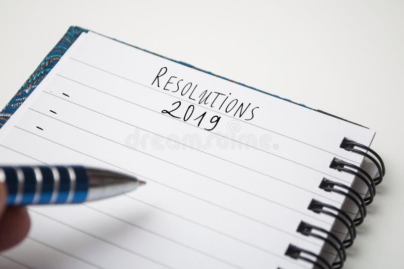 Σημειωματάριο στο άσπρο γραφείο με το κείμενο: Ψηφίσματα 2019 στοκ φωτογραφίες