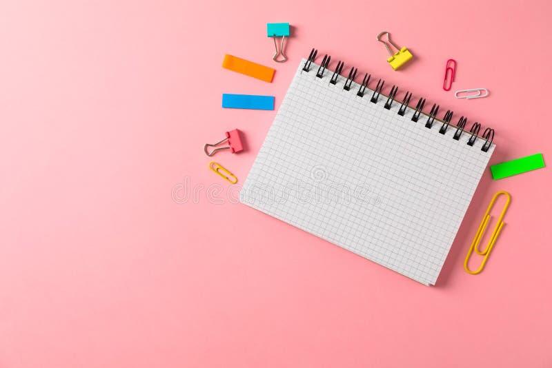 Σημειωματάριο, συνδετήρες και αυτοκόλλητες ετικέττες στο υπόβαθρο χρώματος στοκ φωτογραφία με δικαίωμα ελεύθερης χρήσης