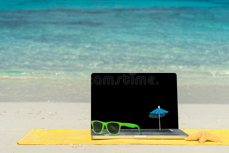 Σημειωματάριο υπολογιστών στην παραλία - υπόβαθρο επιχειρησιακού ταξιδιού στοκ εικόνα με δικαίωμα ελεύθερης χρήσης