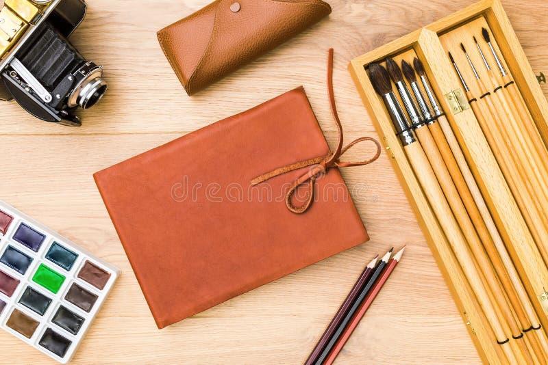 Σημειωματάριο, χρώμα και κάμερα στοκ φωτογραφία με δικαίωμα ελεύθερης χρήσης