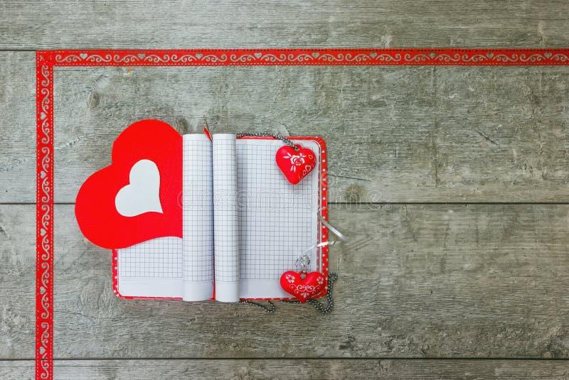 Σημειωματάριο δώρων με τις κόκκινες και άσπρες καρδιές στοκ εικόνες
