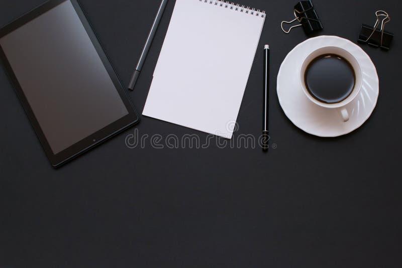 Σημειωματάριο, lap-top με τη μάνδρα και καφές στο γραφείο γραφείων στοκ φωτογραφία με δικαίωμα ελεύθερης χρήσης