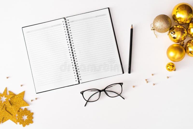 Σημειώσεις για να κάνει το υπόβαθρο σύνθεσης Χριστουγέννων καταλόγων ταπετσαρία, σφαίρες διακοσμήσεων, στο άσπρο υπόβαθρο Επίπεδο στοκ εικόνες