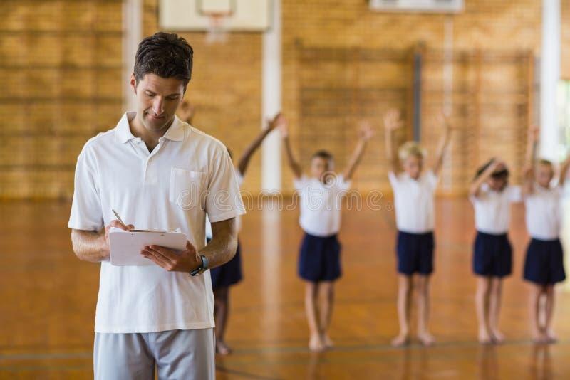 Σημειώσεις γραψίματος γυμναστών για την περιοχή αποκομμάτων ασκώντας σπουδαστών στοκ φωτογραφία με δικαίωμα ελεύθερης χρήσης