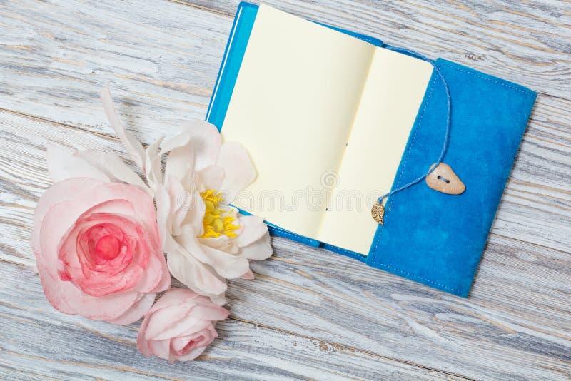 Σημειώσεις και λουλούδια στοκ φωτογραφίες με δικαίωμα ελεύθερης χρήσης