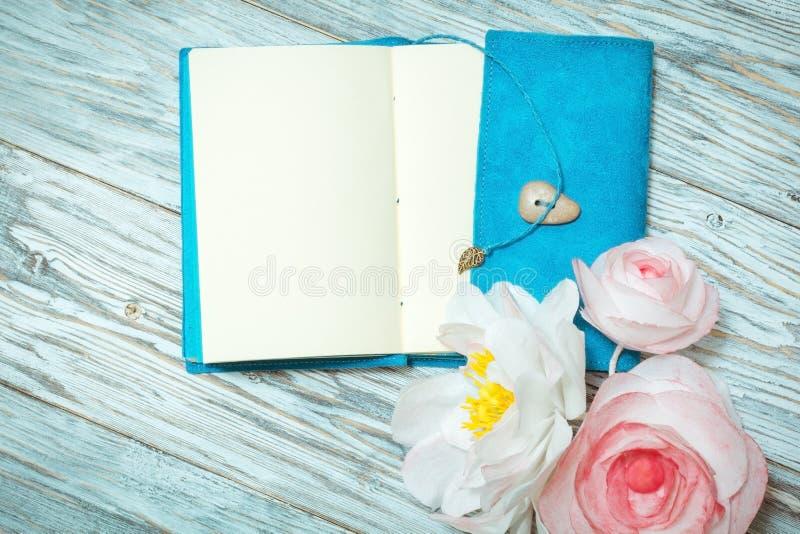 Σημειώσεις και λουλούδια στοκ φωτογραφία με δικαίωμα ελεύθερης χρήσης