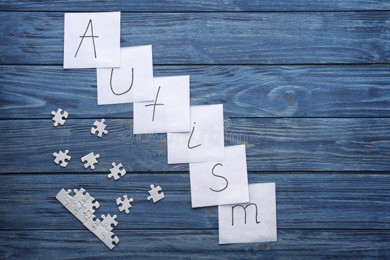 Σημειώσεις με τον αυτισμό ` λέξης ` και τα κομμάτια γρίφων στοκ εικόνες με δικαίωμα ελεύθερης χρήσης