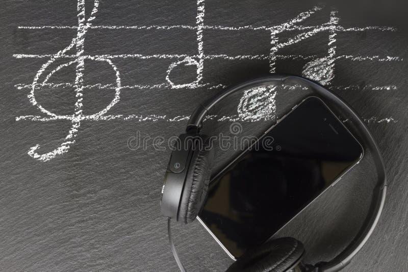Σημειώσεις μουσικής με τα ακουστικά στοκ εικόνες με δικαίωμα ελεύθερης χρήσης